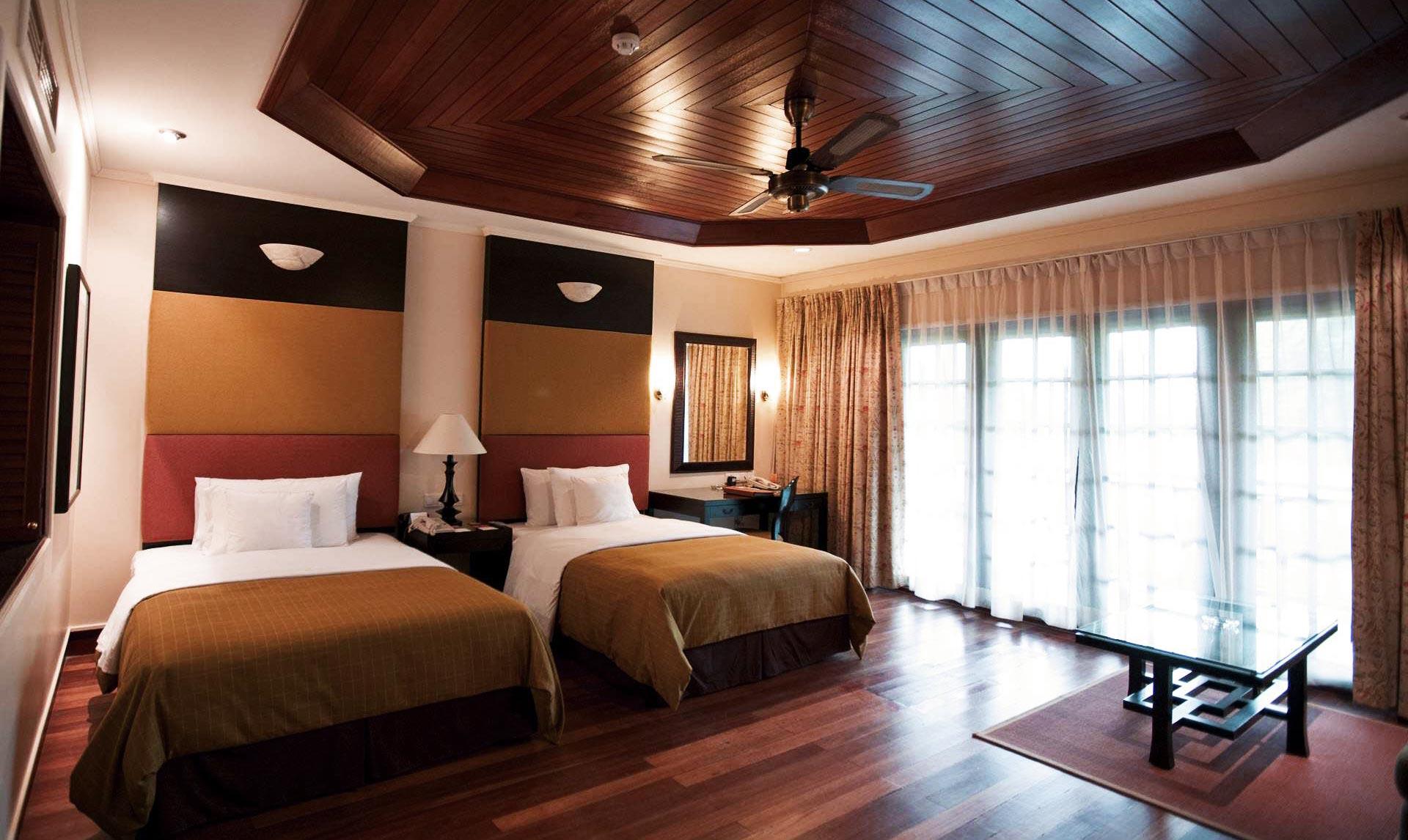 Спальня с двумя кроватями фото
